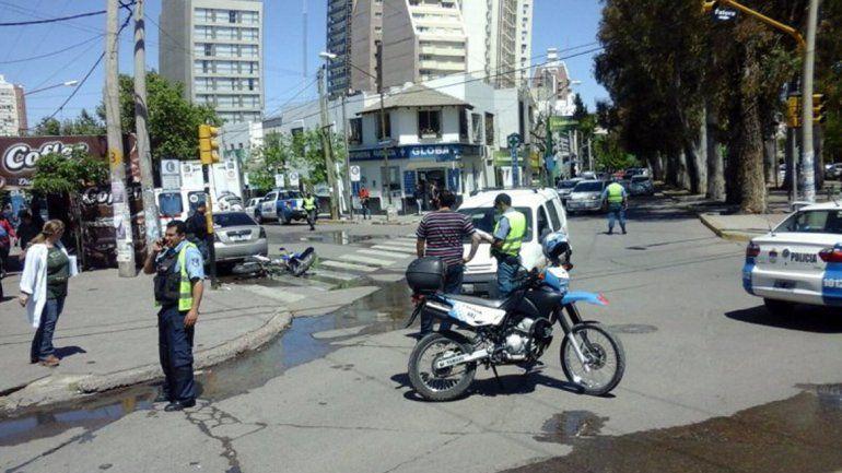 La camioneta y la moto chocaron en la esquina del Hospital.