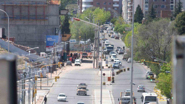 El tránsito tiene más fluidez cerca del shopping. Buscan enterrar la energía y sacar cableados para avanzar con el asfalto cerca de un futuro hotel.
