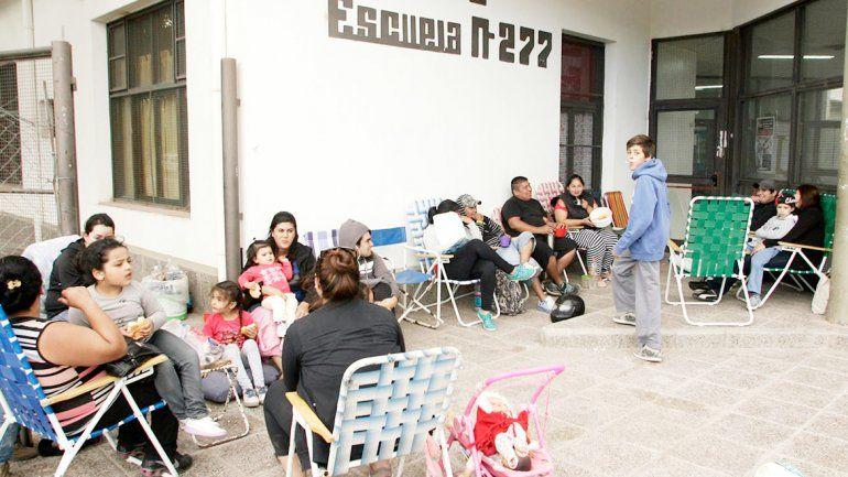 Desde 2011 los padres acampan para conseguir un lugar en la EPET 2.