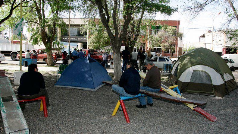 Los empleados se ubicaron con las carpas frente a la comuna.