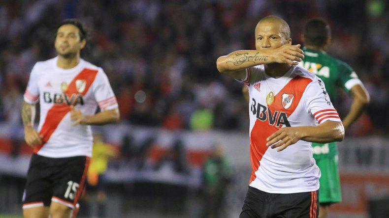 Carlos Sánchez fue la gran figura en la ida (convirtió dos goles) y hoy estará desde el vamos