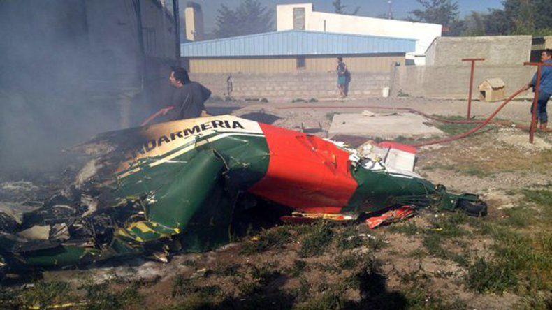 El avión cayó en el patio de una casa.