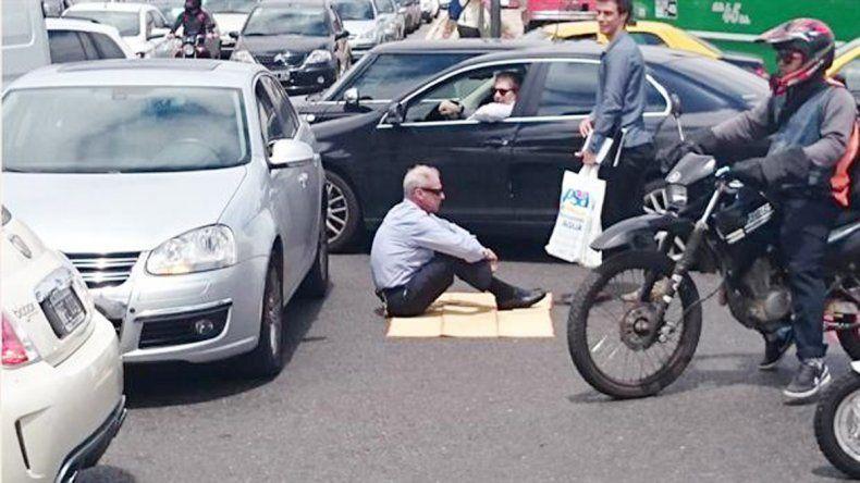 Un pasajero de un micro aprovechó para fotografiar al automovilista. Impávido. Así permaneció el hombre ante la mirada de los conductores.