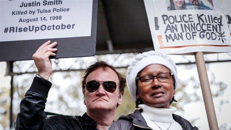 El director de Kill Bill hizo de orador en la protesta que convocó a cientos de afroamericanos.