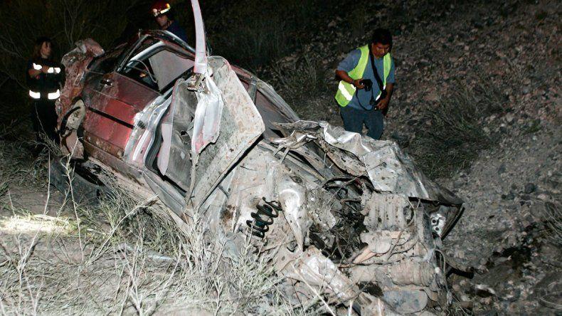 El Ford Galaxy en el que venían los trabajadores volcó y quedó irreconocible para los peritos de la Policía.