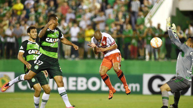 Momento decisivo: el uruguayo Sánchez anota de cabeza el gol de River que valió una clasificación. Carlitos fue el héroe del Millonario en la serie al anotar tres goles en total.