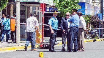 El jefe de la Policía, Raúl Liria, de saco, llegó hasta la zona del tiroteo por la conmoción que se generó. Criminalística realizó el peritaje y levantó las vainas sobre Alcorta al 100.