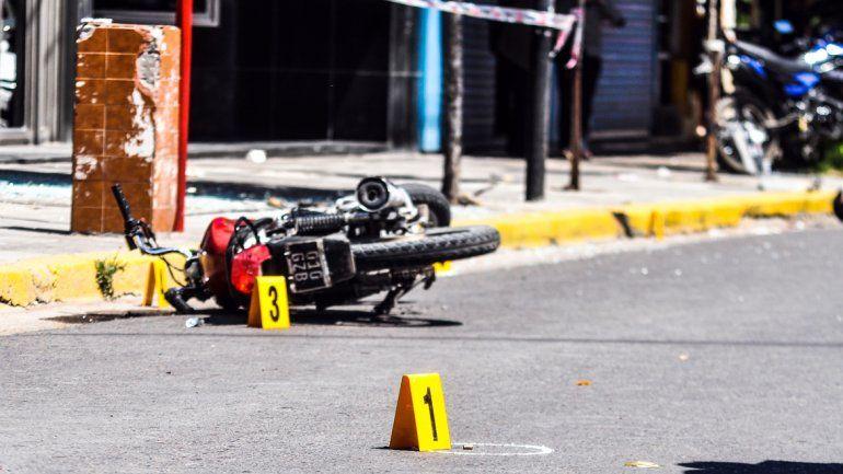 La moto en la que se movilizaban los asaltantes a la joyería en el Bajo de la ciudad.