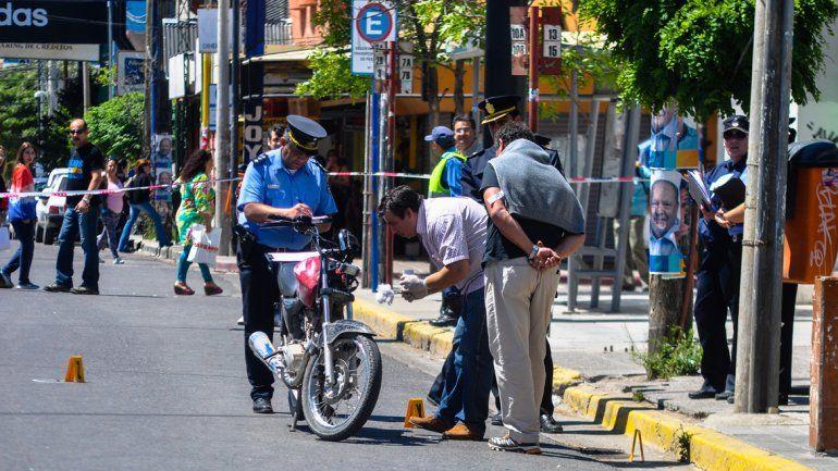 En la calle Alcorta quedaron los rastros del tiroteo entre policías y ladrones por el asalto a la joyería. La policía halló el arma de un delicuente.