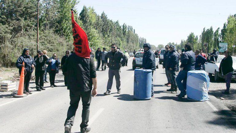 Trabajadores del SEMP estuvieron ayer en el corte de Centenario.