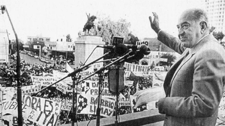 El gobernador electo Felipe Sapag saludando al pueblo desde el balcón