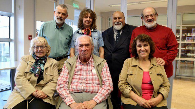 Los disertantes Rubén Reveco y Mirta Córdoba junto a integrantes de la Junta de Estudios Históricos del Neuquén