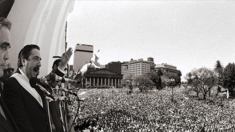 32 años. Alfonsín le habla al pueblo en un día histórico para el país.