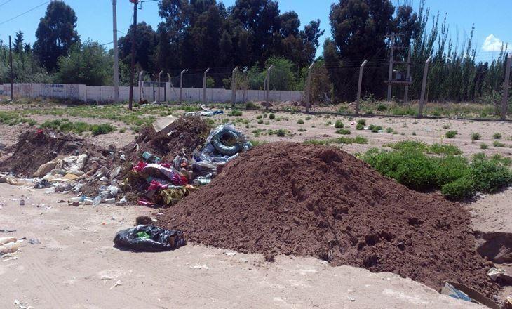 Usaron tierra y ofrendas del cementerio para tapar una zanja