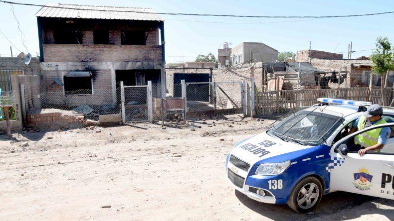 Cansados, los vecinos incendiaron la casa de los Bin Laden