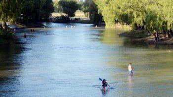 Las aguas del Limay, en medio de la polémica por la contaminación.