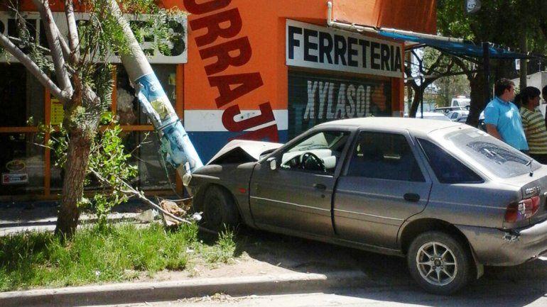 El Ford Escort quedó abandonado en la vereda donde impactó con un poste.