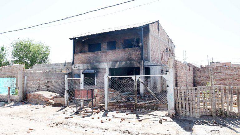 La casa de dos plantas ubicada en el corazón de la toma quedó totalmente destruida por las llamas.