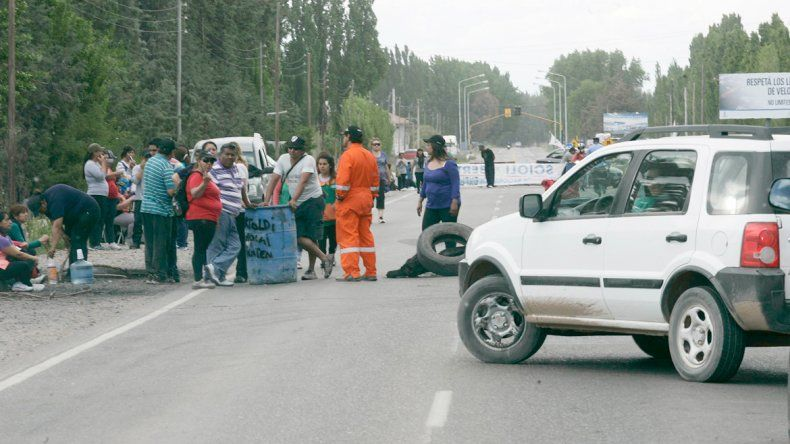 Conflicto sin fin: municipales de Centenario volvieron a cortar la Ruta 7.
