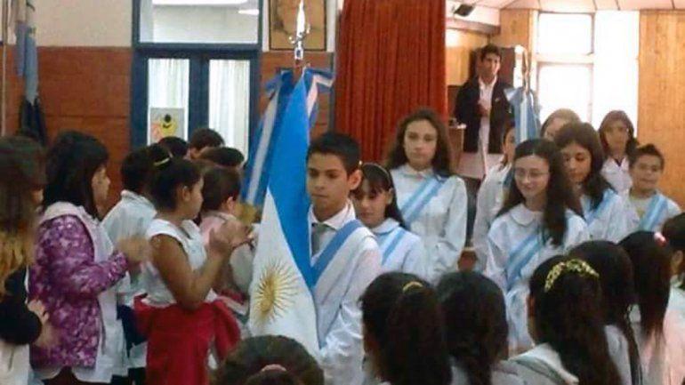 José Luis Acuña como abanderado en uno de los actos de la Escuela 92.