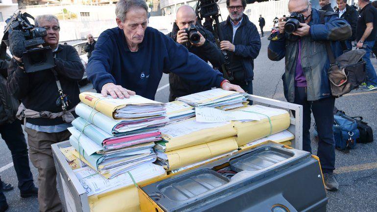 Los expedientes son transportados a los tribunales romanos.