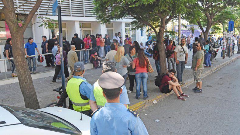 Ayer era el día de cobro y los estatales de la provincia se encontraron con que los cajeros no funcionaban. Hoy