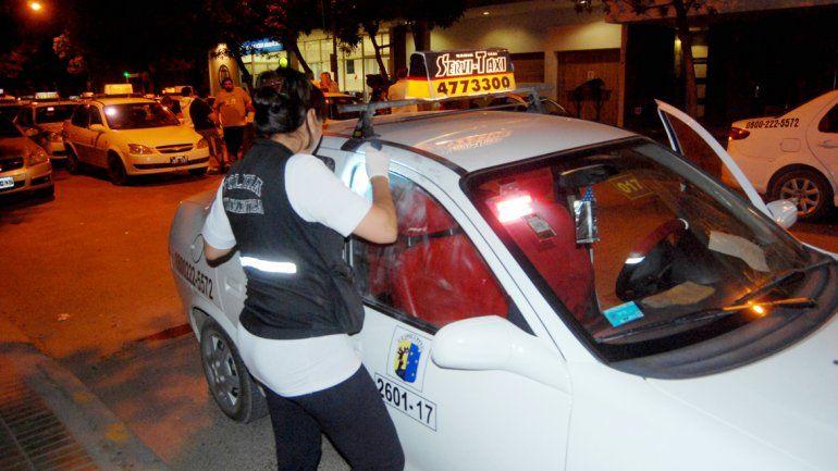 Los taxistas reclamaron seguridad frente a la Comisaría 4ª de Cipolletti.