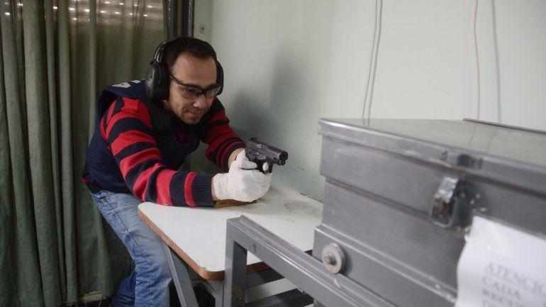 Posse prueba la aptitud del arma antes de usarla.