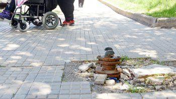 Moverse a pie en la ciudad es motivo de paciencia. En la mayoría de las veredas hay que hacer malabares para caminar. El mal estado y las subidas y bajadas desprolijas hacen todo más difícil.