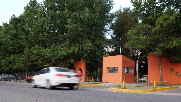 La escuela de remo funciona en uno de los clubes ribereños más tradicionales de Neuquén capital