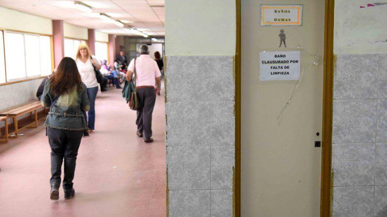 Los baños públicos están clausurados por falta de higiene. Ayer por la tarde limpiaron