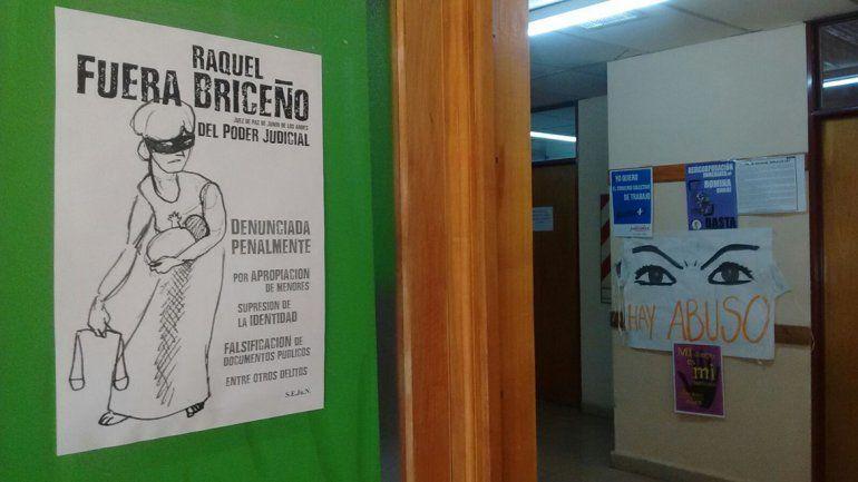 Judiciales de Junín escracharon con afiches a la jueza Briceño