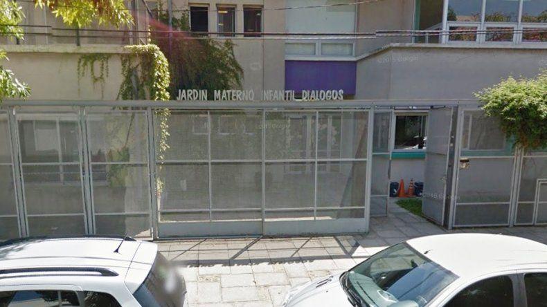 Este es el portón de ingreso del jardín de infantes donde apareció el niño de dos años.
