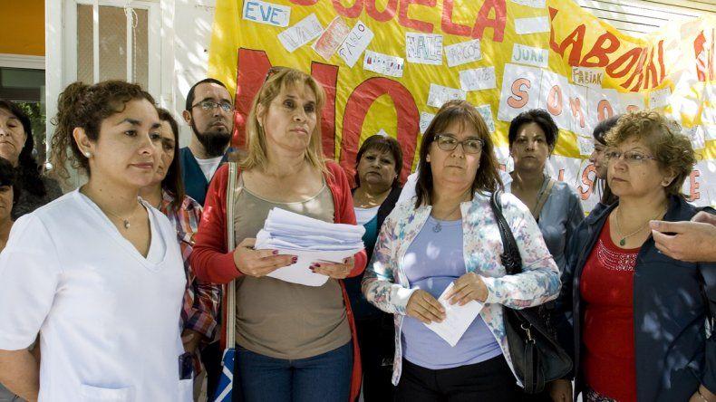 Madres y docentes de la Escuela Laboral 4 piden fondos para la construcción del ansiado edificio propio.