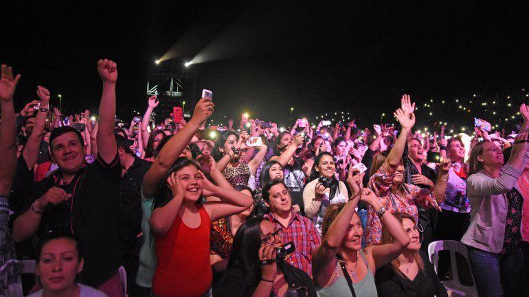 Miles de fanáticas bailaron y deliraron con el Rey de la Bachata.