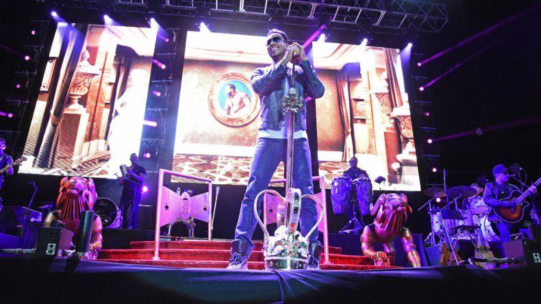 El Rey de la bachata dio un show lleno de romanticismo que enloqueció a más de 7.000 chicas.