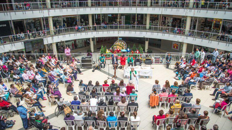 Un cura durante el sermón de una misa en un centro comercial de Bogotá.