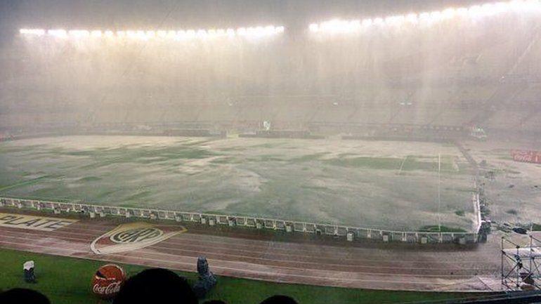 La lluvia inundó el Monumental.