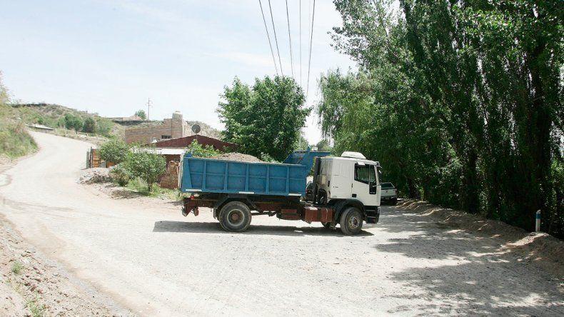 Por la bajada pasan camiones hacia barrios privados y abiertos en desarrollo.