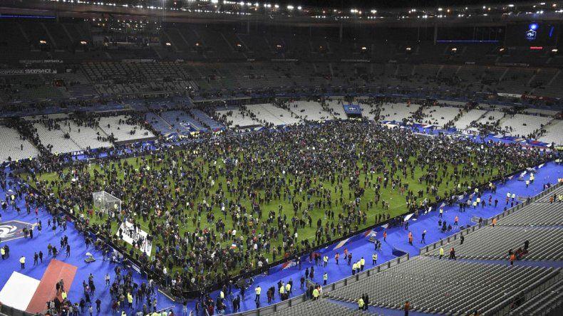 Los espectadores del partido entre Francia y Alemania permanecieron en la cancha hasta que fueron evacuados.