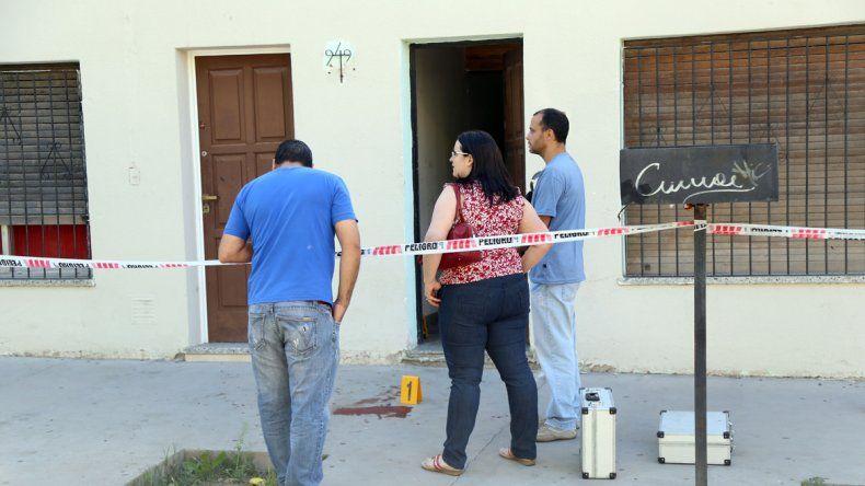 Los expertos de Criminalística de la Policía neuquina peritan la escena del crimen sobre calle Santa Fe al 900.