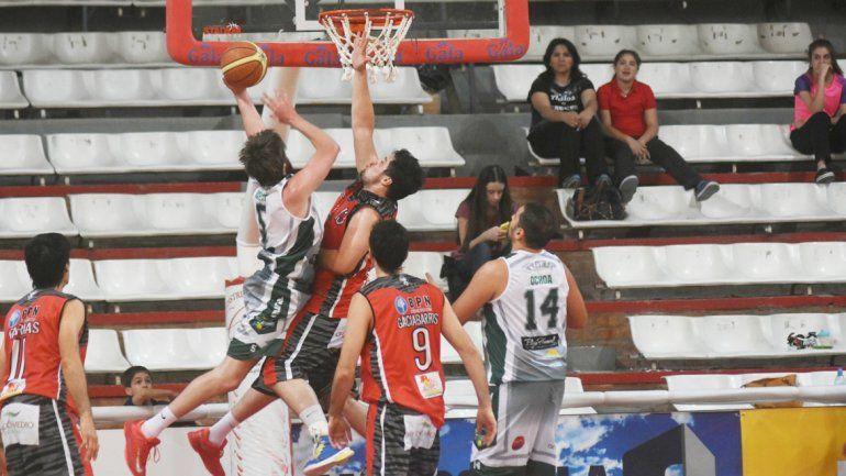 Maximiliano Martín y Paolo Casale disputan la bola. Pérfora cerró mejor.