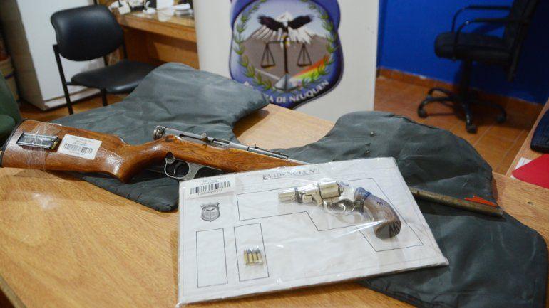La Policía secuestró armas y chalecos antibalas en la toma 7 de Mayo.