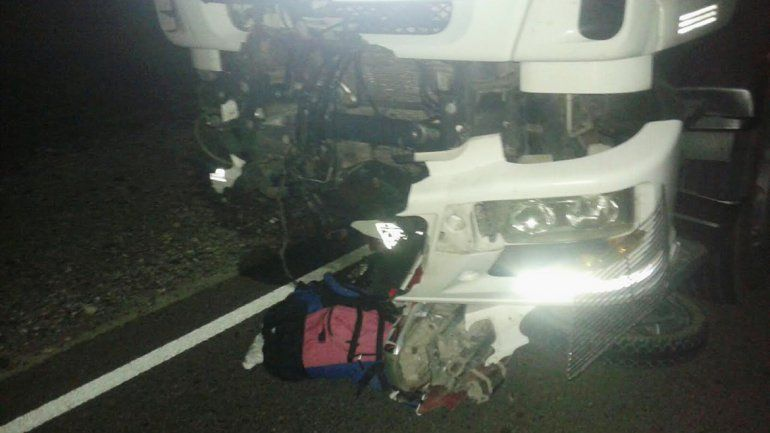 La moto aplastada por el camión y la mochila de la víctima sobre el asfalto.