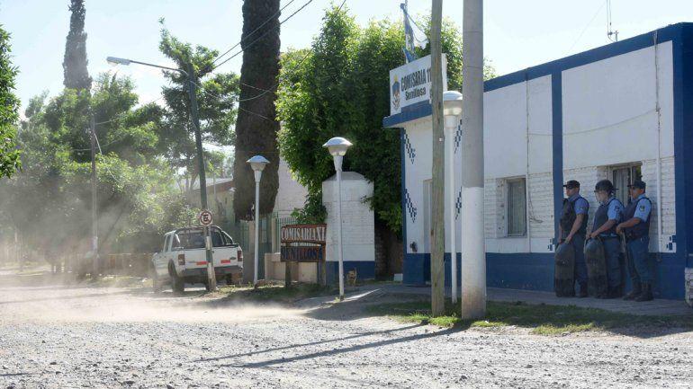 La comisaría de Senillosa permanecía con una guardia especial tras el ataque. Los vidrios de los patrulleros fueron rotos.