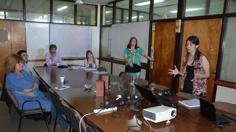 Cecilia Pérez Millán defiende su tesis frente al jurado.