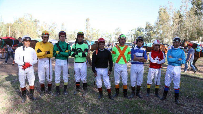 Los nueve jockeys que compitieron en la carrera del año.