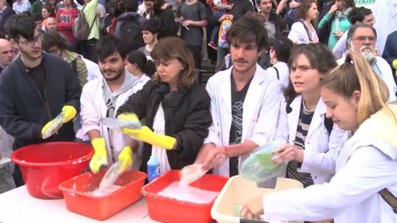 Científicos neuquinos salen a la calle a lavar los platos