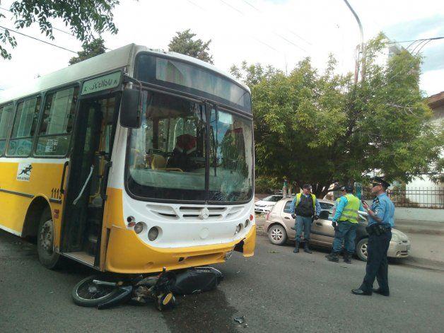 Murió la motociclista que fue embestida por un colectivo en una esquina del Alto de la ciudad