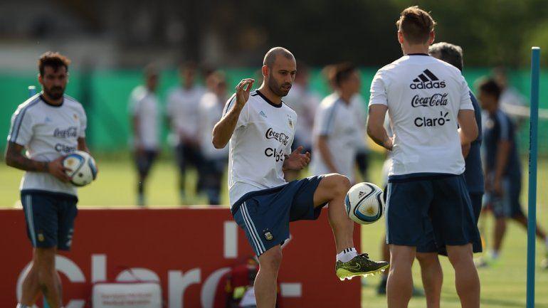 El plantel ya se aclimata al suelo de Colombia y entrenó horas antes del vital encuentro.